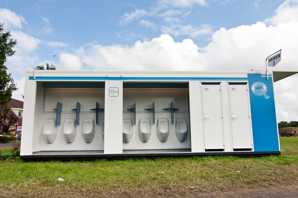 Mobile Toiletteneinheiten mit 10 Toiletten und 8 Urinalen